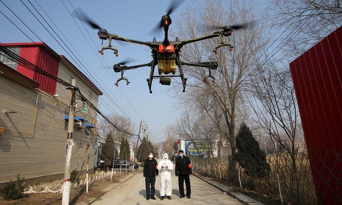 Eine Drohne ist im Dorf Zhengwan (Provinz Hebei) im Einsatz, um Desinfektionsmittel zu versprühen.