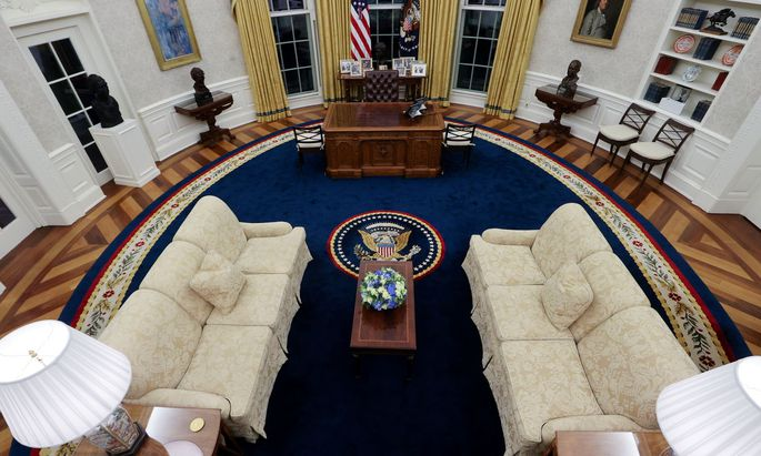 Das Oval Office, das Machtzentrum im Weißen Haus, wird am Wochenende nicht leer bleiben. Die Biden-Regierung legt im Krisenmodus ein scharfes Tempo vor.