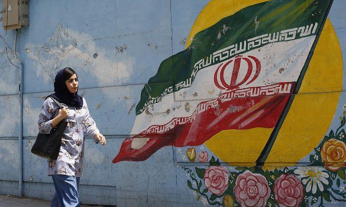 Archivbild: Eine Frau vor einer Wandmalerei in Teheran