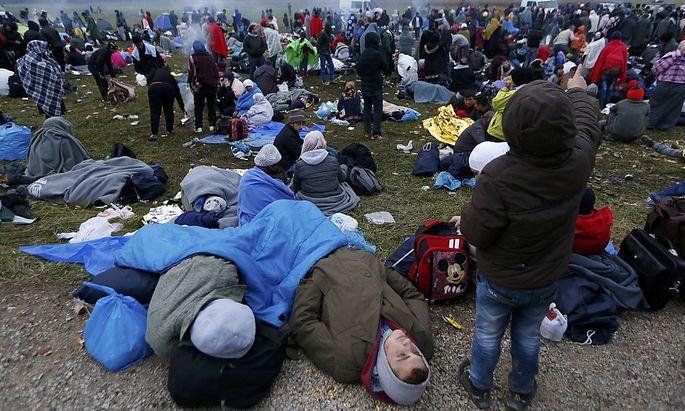 Flüchtlinge kurz nach der slowenischen Grenze in Rigonce.