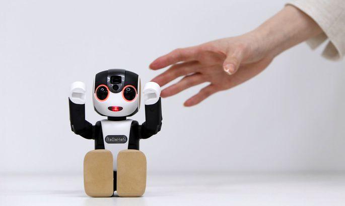 RoBoHon von Sharp, ein Mobiltelefon in Form eines humanoiden Kommunikationsroboters, hebt die Hände, um einen Anruf zu signalisieren.
