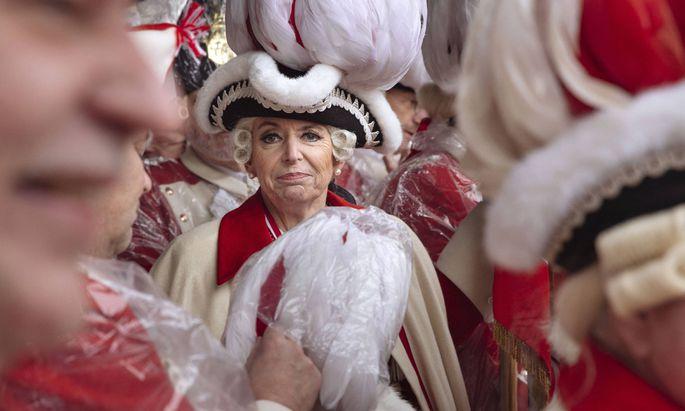 Gestört hat nur der Regen: Kölns Oberbürgermeisterin Henriette Reker eröffnete am Donnerstagvormittag den Straßenkarneval.