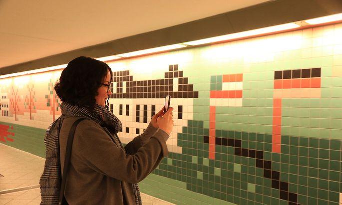 Enth�llung der von K�nstler Christoph Niemann neugestalteten Installation der Personenunterf�hrung