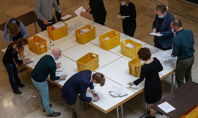 Um auch auf Nummer sicher zu gehen, gaben die CDU-Delegierten nach der Online-Wahl auch per Post ihre Stimme ab.