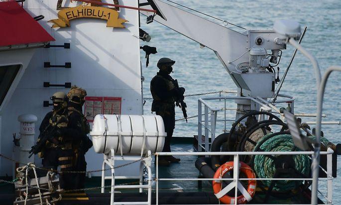 """Soldaten an Bord der """"El Hiblu 1"""""""