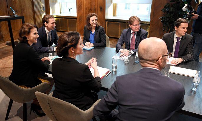 Kein runder Tisch, aber eine Aussprache: Kanzler Sebastian Kurz, Kanzleramtsministerin Karoline Edtstadler und Justizministerin Alma Zadić trafen sich mit Justizvertretern.