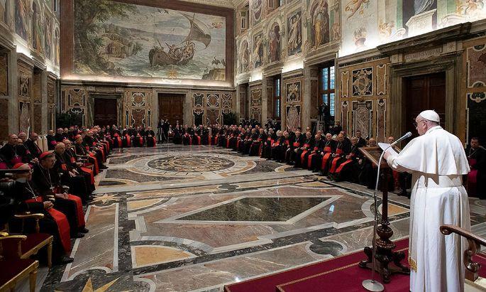 Papst Franziskus spricht zur Römischen Kurie.