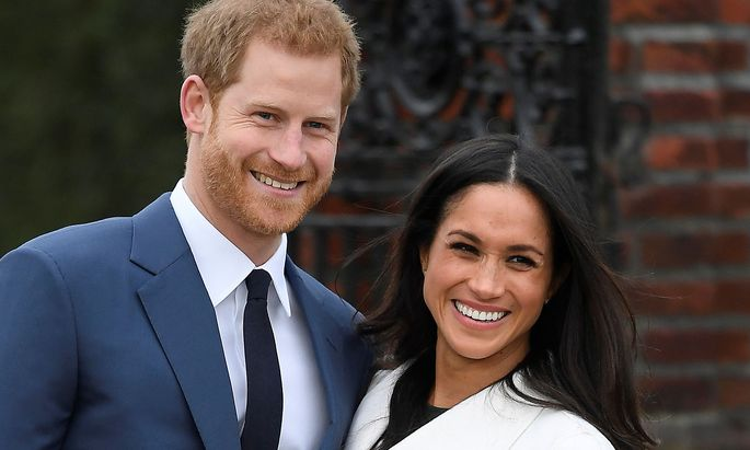 Britain´s Prince Harry poses with Meghan Markle in the Sunken Garden of Kensington Palace, London