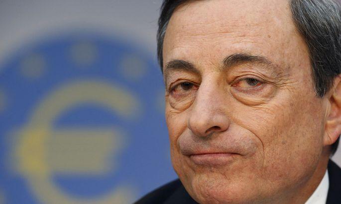 EZB-Chef Mario Draghi dreht die Geldhähne weiter auf. Experten bezweifeln freilich, dass die Euro-Notenbank damit die gewünschte Wirkung erzielt. Statt der Wirtschaft profitieren Staaten und Finanzmärkte von der Geldschwemme.