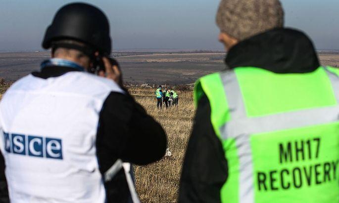 Ein OSZE-Beobachter und ein niederländischer Ermittler stehen am 6. November nahe der MH17-Absturzstelle in der Ostukraine.