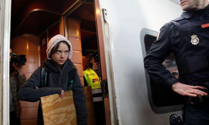 Greta Thunberg musste aufgrund des großen Andrangs im Zug ausharren, ehe sie aussteigen konnte.