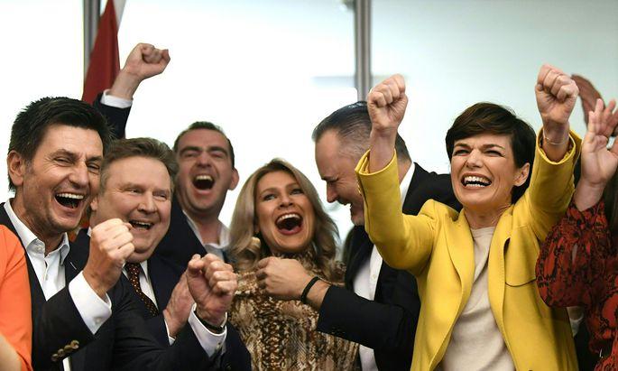 Hans Peter Doskozil gewinnt. Wiens Bürgermeister Michael Ludwig, SPÖ-Chefin Pamela Rendi-Wagner und Doskozils Verlobte, Julia Jurtschak, feiern mit.