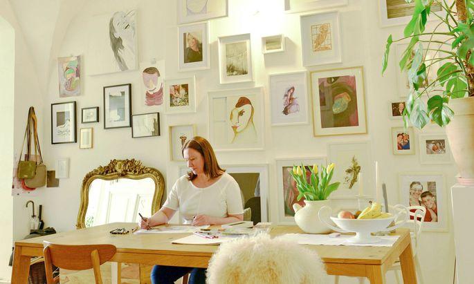 """Künstlerin Crenguta Mitrofan am """"besten Platz im Haus"""" – dem Esstisch."""