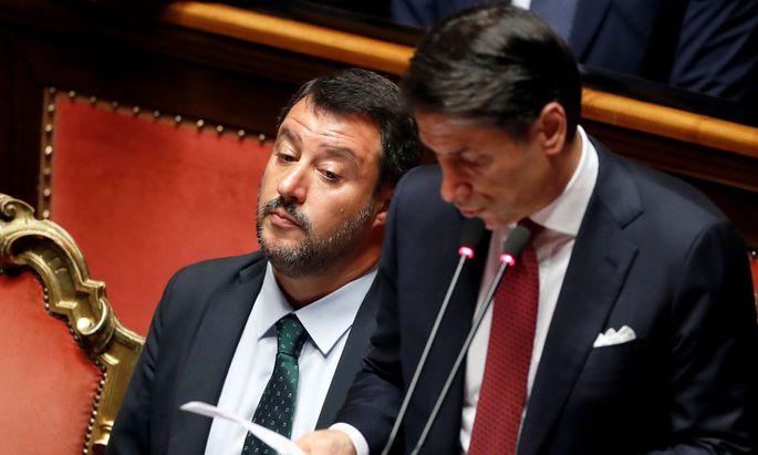 Die Seidenschnur reichte der Rechtsausleger des Populistengespanns, Innenminister Matteo Salvini (l.). Dem Premier (r.) blieb nur noch der Rücktritt.
