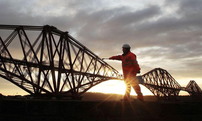 Optische Täuschung: Ein Arbeiter posierte 2011 bei Renovierungsarbeiten vor der Forth Bridge nahe Edinburgh.