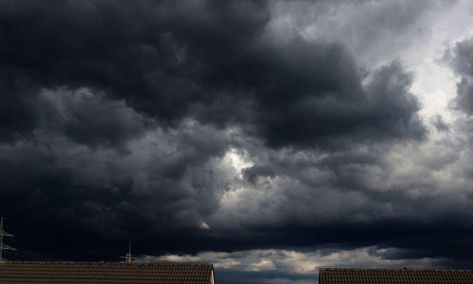 Gewitterfronten ueber der Stadt Eine Gewitterfront zieht ueber den Essener Ortsteil Borbeck Sued hinwe