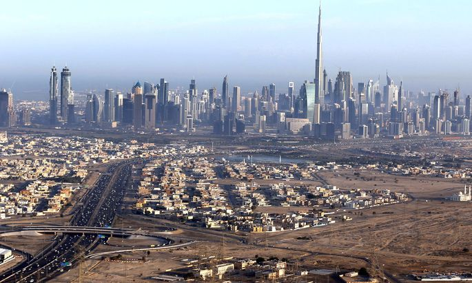 Künstlich. Megabaustelle Dubai: Architektonisch ist die aus dem Boden geschossene Metropole ein Sight. Touristen vertreiben sich die Zeit sonst noch mit Shoppen.