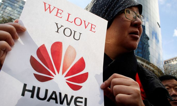FILE PHOTO: Lisa Duan, a visitor from China, holds a sign in support of Huawei outside of the B.C. Supreme Court bail hearing of Huawei CFO Meng Wanzhou, who is being held on an extradition warrant in Vancouver