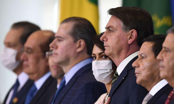 Abstand halten? Nicht in Brasiliens Regierung, wo Präsident Bolsonaro (3. von rechts) die WHO erneut attackiert hat.