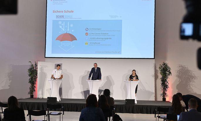Bildungsminister Heinz Faßmann legte den Fahrplan für die Schulen im Herbst vor.