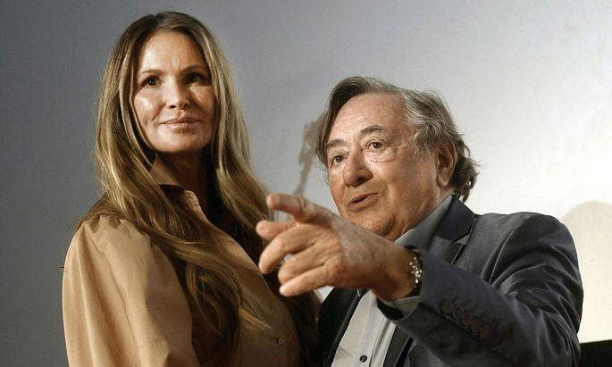 Elle Macpherson mit Richard Lugner bei der Pressekonferenz in der Lugner City