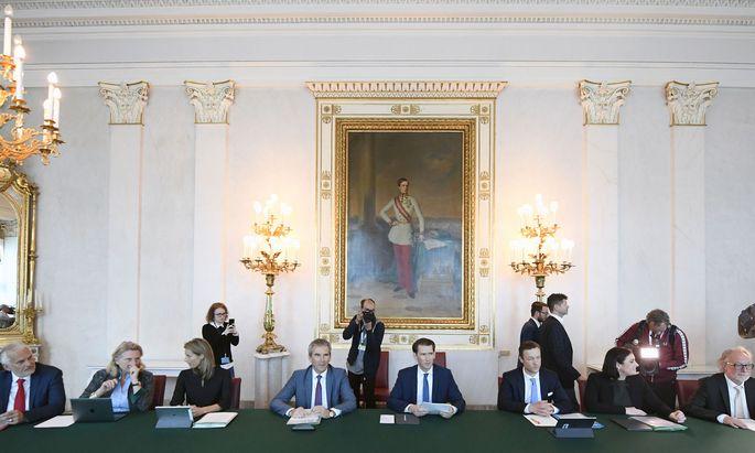 Die ÖVP versuchte schon bevor das Misstrauensvotum fix war, sich auf eine Abwahl ihrer Expertenregierung vorzubereiten.