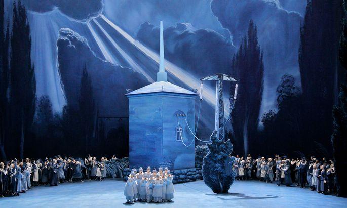 """So sah """"Lohengrin"""" in Bayreuth 2018 aus: Ängstliche Chordamen erwarten Lohengrins Ankunft im Umspannwerk (Bühne: Neo Rauch, Regie: Yuval Sharon)."""