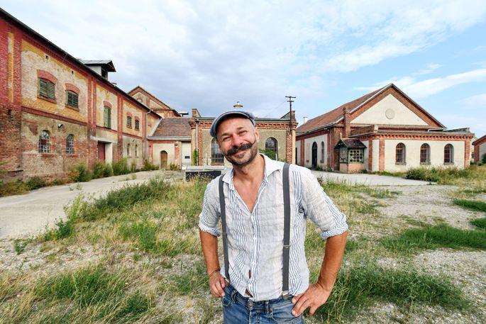 Schneckenzüchter Andreas Gugumuck führt durch sein Heimatgrätzel Rothneusiedl in Favoriten.