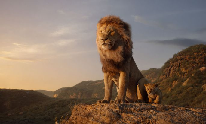 Baby Simba mit seinem Vater Mufasa in einem magisch illuminierten Afrika.