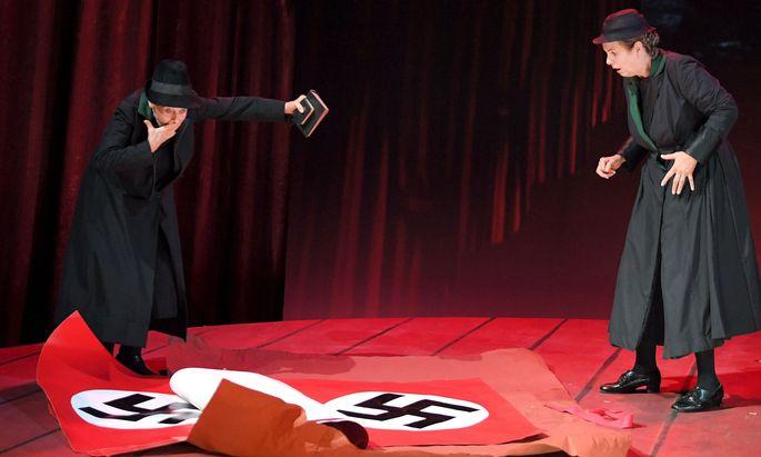 """Zwei Frauen vom Land – Lore Stefanek (links) und Ulli Maier – vermuteten, dass """"A Doda"""" im Packpapier liege. Welch ein Irrtum!"""