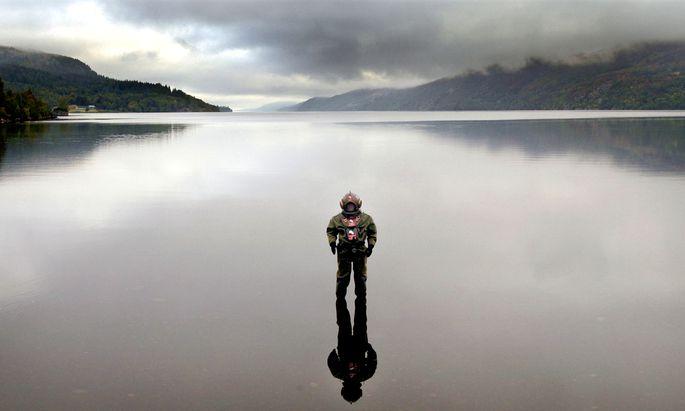 Ein Taucher im Loch Ness.