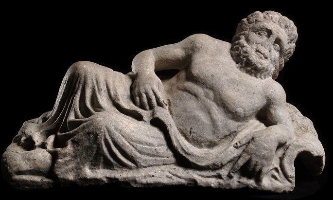 """Die Donau war in der Antike männlich, dieser Flussgott (Carnuntum, 3. Jahrhundert) wurde von den Römern Danubius genannt, vielleicht abgeleitet aus dem indoeuropäischen Verb für """"fließen"""" – wie Dnjepr, Djnestr und Don. Die Griechen nannten sie Istros."""