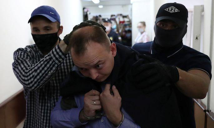 Ivan Safronow wird zur Gerichtsanhörung in Moskau gebracht.