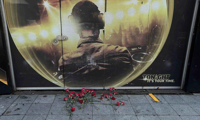 Gedenken an die Opfer. Vor dem Nachtclub Reina im Stadtteil Beşiktaş in Istanbul wurden nach dem Terroranschlag in der Silvesternacht mit mindestens 39 Toten Blumen hinterlegt.