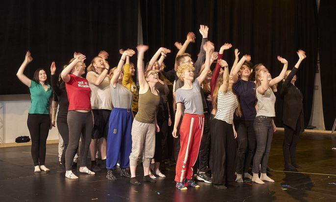 Der Chor bei der Probe: Sprechen, Gesang und Tanz werden geübt.