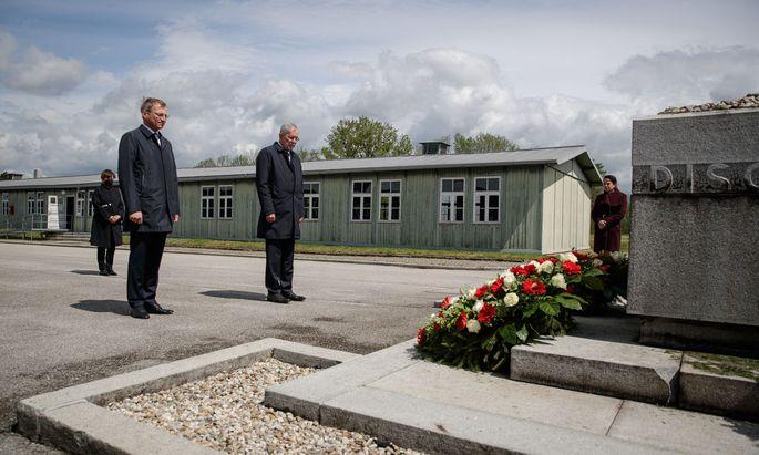 Bundespräsident Alexander Van der Bellen, seine Frau Doris Schmidauer sowie Oberösterreichs Landeshauptmann Thomas Stelzer legten in der KZ-Gedenkstätte Mauthausen einen Kranz nieder.