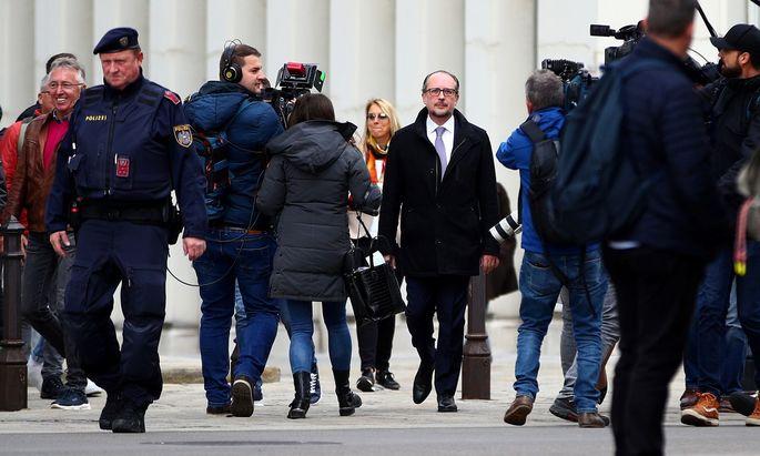 Neo-Kanzler Alexander Schallenberg steht plötzlich ganz allein im Rampenlicht. Als Pressesprecher und Stratege hatte er zu Beginn seiner Karriere im Hintergrund agiert, ehe er durch Fügung des Schicksals Außenminister wurde.