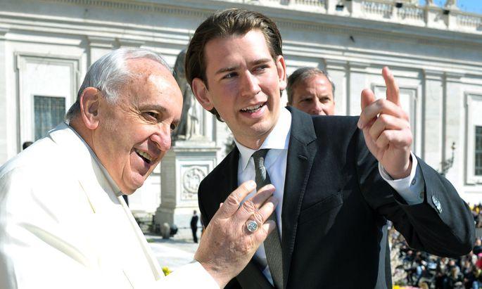 """Im April 2015 traf Kurz, damals noch Außenminister, den Papst bereits einmal – und zeigte sich beeindruckt von der """"Aura des Heiligen Vaters""""."""