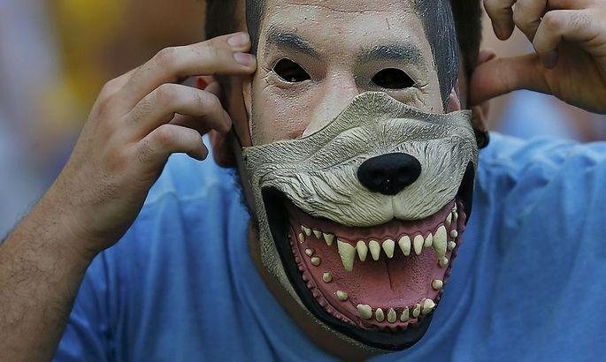 Ein Uruguay-Fan mit Suarez-Maske und Gebiss