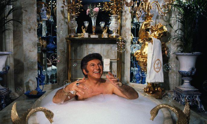 So schwelgte der US-Pianist und -Entertainer Liberace in Luxus. Was halten Philosophen davon?