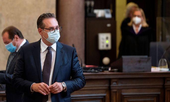 Die Angeklagten Strache und Grubmüller, im Hintergrund RichterinMoravec-Loidolt
