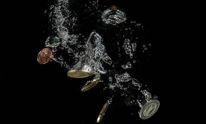 Euro-Muenzen im Wasser. *** Euro coins in water Copyright: xBEAUTIFULxSPORTS/KJPetersx