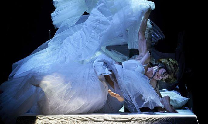 Im Burgunden-Bett hilft Superheld Siegfried dem König Gunther, Brunhild zu erobern.