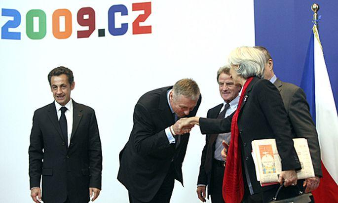 Der derzeitige EU-Vorsitzende Mirek Topolanek begrüßt die französische Delegation.
