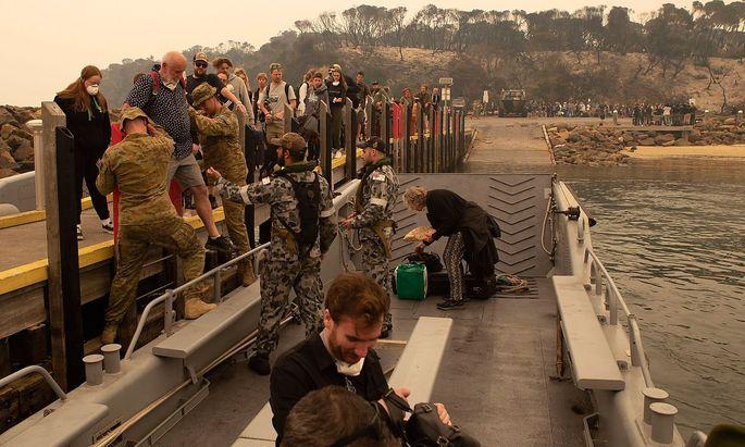 Die australische Navy bringt Menschen aus dem Küstenort Mallacoota in Sicherheit.