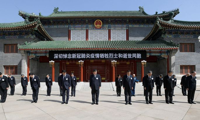 Chinese leaders stand in silence during the national mourning in Beijing