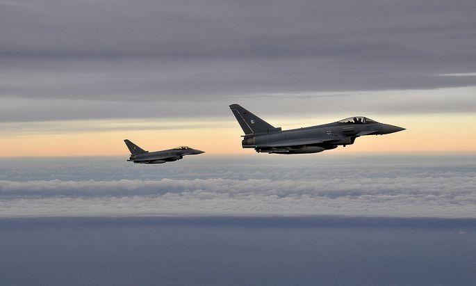 Zwei deutsche Eurofighter fliegen über die Ostsee.