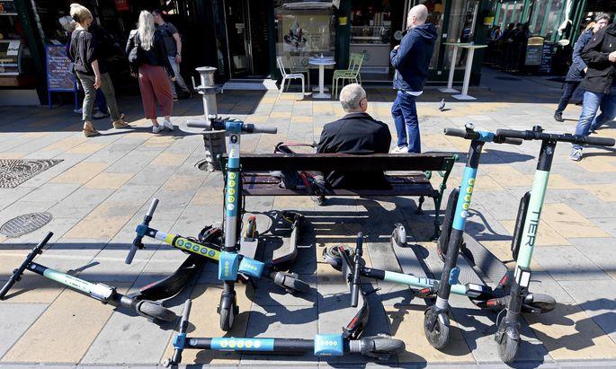 E-Scooter sind nicht nur lästig, wenn sie in Fußgängerzonen herumliegen, sondern können auch im Verkehr gefährlich werden.
