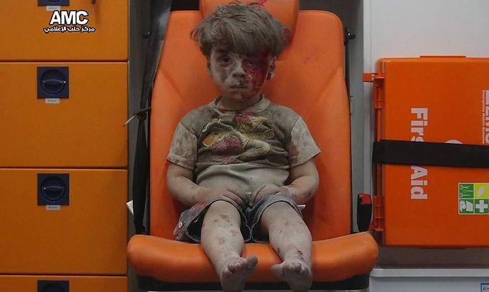 Der fünfjährige Omran Daqneesh staubbedeckt in einem Krankenwagen.