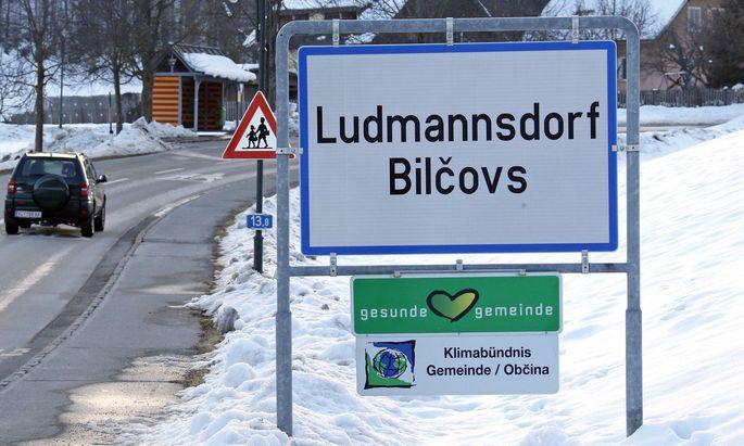 Symbolbild: ZSymbolbild: Zweisprachige Ortstafel von Ludmannsdorf mit deutscher und slowenischer Ortsbezeichnung